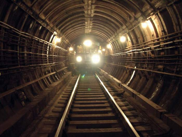 В Москве мужчина оказался на рельсах станции метрополитена